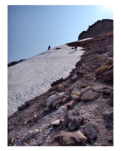 硫黄山の雪渓